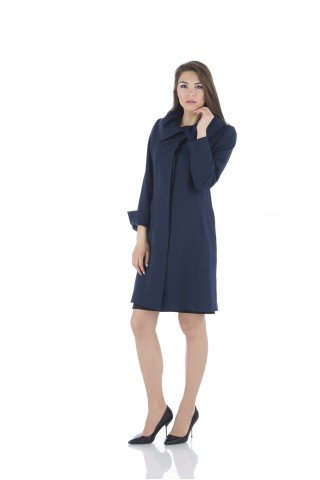 Simple coat with gathered  collar and slits on the sleeves